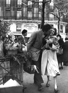 By Robert Doisneau - a French photographer. In the he used a Leica on the streets of Paris. He and Henri Cartier-Bresson were pioneers of photojournalism might add this to my 'Kiss'n time' brd Couples Vintage, Vintage Love, Vintage Kiss, Vintage Romance, French Romance, Vintage Black, Vintage Paris, Vintage Photography, Street Photography