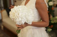 bouquet di ortensie bianche - Cerca con Google Wedding Bouquets, Wedding Flowers, Wedding Day, Wedding Dresses, Just Married, Flower Art, One Shoulder Wedding Dress, Marie, Wedding Planner