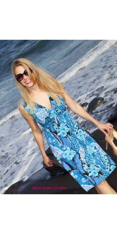 VESTIDO AUDRY El mar y los aires de primavera son los que han inspirado a CHOCOLATE este verano 2016 para traerte el vestido AUDRY, con un sexy escote a V, sea por detrás que por delante y con un bonito nudo que entalla el pecho. El vestido AUDRY es sin mangas y por la rodilla. Su bonito y elegante estampado hace que lo puedas lucir tanto el día a día como para un evento o cóctel.