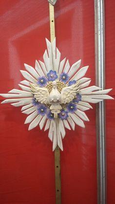 Divino todo em madeira, com detalhes em flor de guipir pintada.