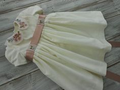 Das kurzarm Festkleid ist aus reiner Baumwolle - Samthergestellt und ist ein Einzelstück. Alle Stickereien…  #embroidery #handmade #bestickt #gestickt  #handgemacht #hochzeit #weddingdress #babydress Backpacks, Fashion, Kids Clothes, Velvet, Cotton, Wedding, Curve Dresses, Moda, La Mode