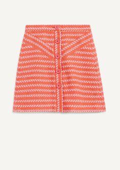 Jupe courte en jacquard boutonnée JALIL. Confectionnée dans un jacquard en laine mélangée, la jupe se compose: d'une fine ceinture à la taille, d'un large boutonnage sur le devant ainsi que d'une doublure en fine toile de coton. Coupe droite et courte. Elle sera idéale avec un pull en maille côtelée ton sur ton et une paire de sandales à studs!