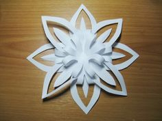 3D Schneeflocke aus Papier basteln. Wenn Sie noch nicht genug Ideen für Schneeflocken haben, basteln Sie solche 3D Schneeflocke. Sieht super aus!