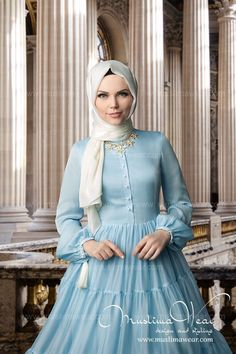Well, this outfit reminds me of Queen Elsa in Frozen but in hijab version :-). Turkish Fashion, Islamic Fashion, Muslim Fashion, Modest Fashion, Fashion Dresses, Casual Hijab Outfit, Hijab Chic, Abaya Designs, Muslim Dress