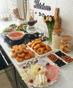 Limage peut contenir: fruit, table, nourriture et intérieur - Food Design, Drink Menu Design, Breakfast Platter, Spaghetti Bolognese, Ramadan Recipes, Tasty, Yummy Food, Food Displays, Food Platters