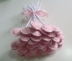 Buquê de corações em feltro rosa e branco com acabamento em cetim.  Contém 20 corações. R$ 40,00