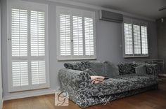 Okiennice wewnętrzne w kolorze białym, zamontowane w salonie. Realizacja Gama Styl