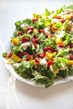 sałatka makaronowa z brokułem, tuńczykiem, dynią, suszonymi pomidorami