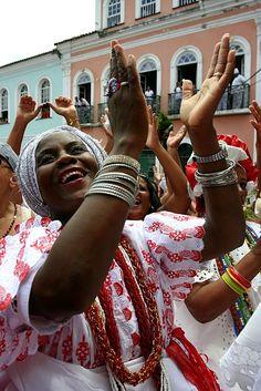 **** Le BRÉSIL EST DANS SON CARNAVAL. LE MODÈLE DES BAHIANAISES : la femme NOIRE MATURE aux AMPLES ATOURS BLANCS, avec le COLLIER a RANGS MULTIPLES (BALNGANDAS) au cou... Baiana. Bahia, Brasil. Il faut y ajouter les MULTIPLES BRACELETS et les GRANDES BOUCLES d'OREILLES-CERCEAU... alegria baiana Salvador