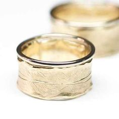 Characteristic of these rings is that they polished the edges shiny. Wedding Engagement, Engagement Rings, Wedding Rings Simple, Ever And Ever, Types Of Printing, Kate Middleton, Topaz, Rings For Men, White Gold
