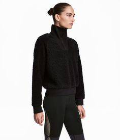 Sort. En genser i myk pilé med høy ribbet ståkrage og glidelås øverst. H&M strl s