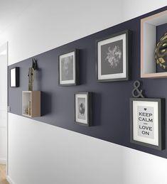 Exposez vos oeuvres d'arts sur un fond sombre comme ce violet gris pour mieux attirer l'oeil ! http://www.castorama.fr/store/pages/idees-decoration-facile-donner-du-cachet.html