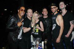 No Brasil, Avril Lavigne curte festa em São Paulo
