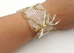 Armband so leicht wie der Sommer es wiegt gerade mal  2g und besteht aus feinster weißer Baumwolle mit einem Hauch Metallic- Faden in gold. Das Arm...