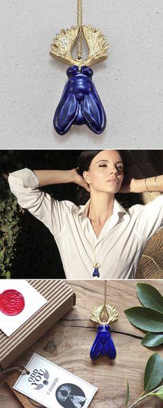 Y-hybrid necklace: a fantastic animal part fly and part moose that fuses porcelain and brass in a classic combination of cobalt and gold. ------ Collar Y-Hybrid: un animal fantástico parte mosca y parte alce que fusiona latón y porcelana en una clásica combinación de color: azul cobalto y dorado. ----- #necklace #pendant #hybrid #fly #moose #xmas #christmas #gift #collar #colgante #mosca #alce #navidad #regalo