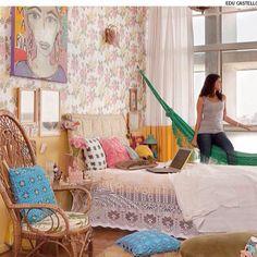 Super adorei a ideia da arquiteta Alexandra Albuquerque, que bolou uma cortina que segue a pintura da parede: amarela da metade para baixo. O recurso é bom para pequenos espaços.  Mais uma   #DicaDaRo By Casa & Jardim. Confiram mais dicas e projetos no site: www.rosangelafernandes.arq.br  ••••••••••••••••••••••••••••••••••••••••••••••••••••••• #arquitetura #classic #design #inspiration #decor #decoration #paisagismo #architecture #cosyhome #house #homeideias #housedesign #instadesign #artl