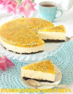 Passionsmoussetårta - Underbar, ljuvligt god moussetårta med en smulig Oreobotten, krämig passionsmousse toppat med en läcker passionsmoussespegel. Tårtan har en frisk, fräsch smak och blir garanterat festens höjdpunkt!