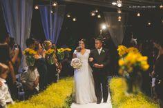 O que acha de entrar na sua cerimônia em um caminho lindo de flores AMARELAS? No casamento da Danny foi assim!  Amarelo é energia, alegria que nos contagia... Nós amamos muito!