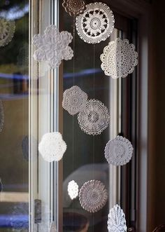 svěhové vločky, sněhová záclona, závěs z vloček, háčkované vločky, zimní dekorace do okna, háčkování,