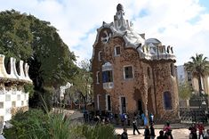 De Todo un Poco: Parque Güell Barcelona Cathedral, Mansions, House Styles, Building, Travel, Black Lagoon, Disneyland Paris, December, Vacations
