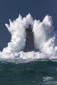 WHAT WAVES AROUND THIS LIGHTHOUSE
