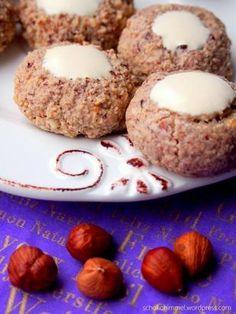 Weihnachtliche Haselnuss-Zimt-Kugeln Rezept: Eiweiß,Salz,Puderzucker,Haselnusskerne,Zimtpulver,Spritzbeutel