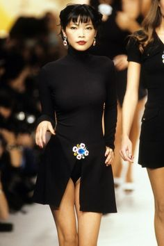 Chanel Spring 1995 Ready-to-Wear collection, runway looks, beauty, models, and reviews. Fashion Week, 90s Fashion, Runway Fashion, High Fashion, Vintage Fashion, Fashion Outfits, Womens Fashion, Fashion Trends, Chanel Fashion