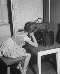 A little German girl listening to the radio. Get premium, high resolution news photos at Getty Images Radio Vintage, Antique Radio, Lps, Old Photos, Vintage Photos, Vintage Postcards, Radio Antigua, Nostalgia, Retro Radios