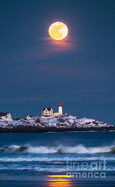 Lighthouse in Maine. Maine is one of my favorite places I've ever been. Beautiful Moon, Beautiful World, Beautiful Places, Beautiful Pictures, Beautiful Scenery, Lighthouse Pictures, Shoot The Moon, Beacon Of Light, Photos Voyages