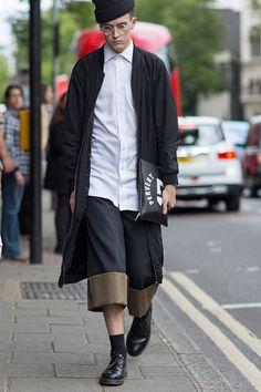 2015-07-16のファッションスナップ。着用アイテム・キーワードはコート, シャツ, ニットキャップ, ハーフパンツ, バッグ, ブルゾン, メガネ, 白シャツ,Givenchyetc. 理想の着こなし・コーディネートがきっとここに。| No:118029
