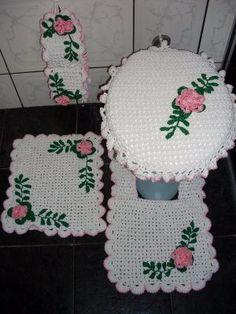 Jogo-tapetes-de-barbante-para-banheiro-Branco-com-flores-verdes-e-rosa - Artesanato passo a passo!