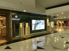 Rolex store welcoming customers with video wall. #digitalsignage #mainosnaytto