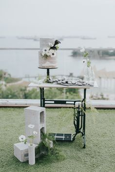 Jocelyn and Luke found their dream wedding venue at the beautiful Sky Garden Singapore where they wed under the sky and amidst fireworks. Themed Wedding Cakes, Wedding Desserts, Rooftop Wedding, Wedding Venues, Table Centerpieces, Table Decorations, Sky Garden, Beautiful Sky, Industrial Chic