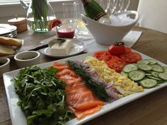 Simple, Classic Brunch: Smoked Salmon Platter with Blood Orange Mimosas Brunch Recipes, Paleo Recipes, Appetizer Recipes, Breakfast Recipes, Cooking Recipes, Appetizers, Smoked Salmon Platter, Lox And Bagels, Lunch Buffet