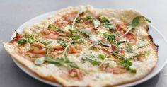 Pizza bianca med spekeskinke, chevre og pinjekjerner | Oppskrift | Meny.no