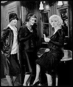 """1958 / ANECDOTE """"SOME LIKE IT HOT"""" / Si la présence de Marilyn joue un rôle important dans l'attrait de """"Certains l'aiment chaud"""", elle constitua un véritable casse-tête lors du tournage : elle n'arrivait en effet que très difficilement à retenir ses répliques. Dans certains cas, il lui fallut jusqu'à 59 prises ! Billy WILDER se résigna donc à employer les grands moyens : selon les cas, il ecrivit la réplique sur une ardoise tenue hors du champs de la caméra, où sur un papier collé à un…"""