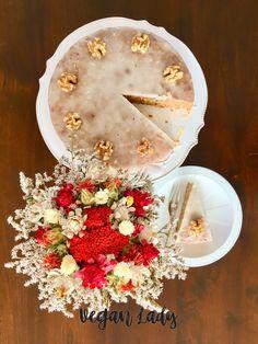 Vynikajúci vegánsky koláč z celozrnnej múky, strúhanej mrkvy a kokosového oleja ochutený škoricou, klinčekmi a muškátovým orieškom a preliaty citrónovou polevou. Table Decorations, Baking, Lady, Lemon, Bakken, Backen, Sweets, Dinner Table Decorations, Pastries