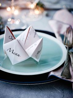 11 ideas to decorate your New Year& table - - Party Table Decorations, Christmas Decorations, Christmas And New Year, Christmas Time, New Year's Eve Countdown, New Year Table, Holiday Greeting Cards, Food Labels, Deco Table