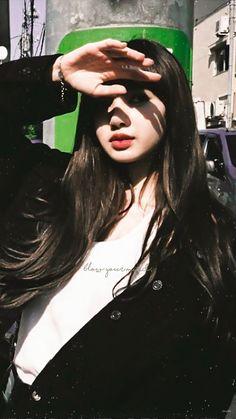 screenshot gallery of hottest popular celebrities Kim Jennie, Kpop Girl Groups, Kpop Girls, Summer Hairstyles, Trendy Hairstyles, K Pop, Yg Entertainment, Lisa Blackpink Wallpaper, Dog Wallpaper
