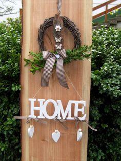 Shabby Vintage: Landhaus Türkranz mit einem kleinen Mobile aus weißen Holzbuchstaben, die das Wort Home ergeben/ feels like home: vintage door wreath with wooden letters and little hearts made by Sternenglanz via DaWanda.com