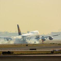 A touchdown does never fail to impress! @lufthansa #747-8