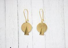 Brass Art Deco Triangle Dangle Earrings par Kalinkati sur Etsy