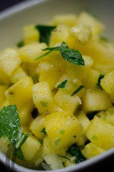 Tartare d'ananas avec du gingembre et de la menthe Carpaccio, Pineapple Fruit, Sweet Bakery, Saveur, Fruit Salad, Potato Salad, Veggies, Healthy Recipes, Healthy Food