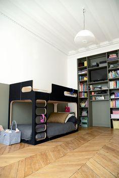 Aménager une chambre pour deux enfants, une fille et un garçon, mélanger deux âges différents. Peinture kaki, décoration, aménagement et rangement optimisé