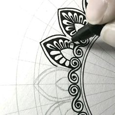 to do Mandala simple pattern Doodle Art doodle art Mandala Pattern Simple Mandala Doodle, Mandala Art Lesson, Mandala Artwork, Mandala Painting, Zen Doodle, Easy Mandala Drawing, Doodle Art Drawing, Cool Art Drawings, Pencil Art Drawings