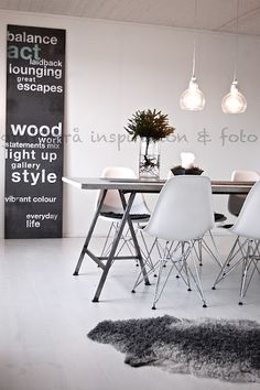 Dazzling Scandinavian Dining Room Ideas That Will Steal Your Heart Grey Wooden Floor, Living Comedor, Grey Flooring, Dining Room Lighting, Dining Room Design, Dining Area, Dining Table, Deco Design, Home And Deco