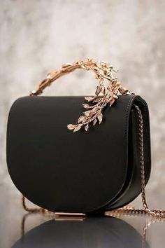 4 Surprising Ideas: Hand Bags And Purses Louis Vuitton hand bags women handbags…. – Purses And Handbags For Teens Fashion Handbags, Fashion Bags, Fashion Accessories, Cheap Fashion, Women's Fashion, Leather Accessories, Handbag Accessories, Fashion Women, Fashion Online