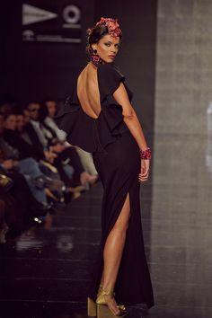 Detalle del escote en la espalda de este traje negro con estilo #flamenco ideal para una noche de #FeriadeSevilla