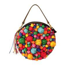 Un sac à main en forme de cercle couvert en pompons doux brillant dans une gamme de couleurs et de tailles.    Le dos du sac est tissu de
