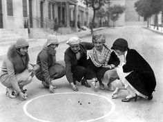 1927 — James Hall – American leading man of the early talkie period, playing marbles on the film lot with some colleagues, namely Louise Brooks, Nancy Phillips, Doris Hill and Josephine Dunn. Louise Brooks, Diesel Punk, Lost Girl, Roaring Twenties, The Twenties, Old Photos, Vintage Photos, Photo Grouping, Armada